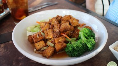 Tofu black pepper garlic stir-fry with garlic.