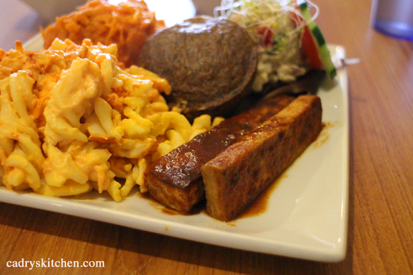 Organic soul food platter with barbecued tofu and mac & cheese.